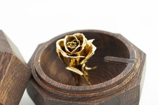 Годежна кутия за пръстен с позлатена роза