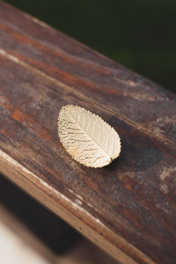 Брошка от листо на роза - злато