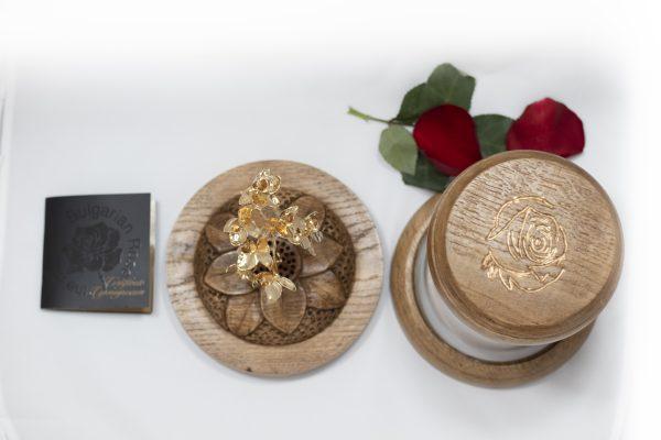 Позлатено клонче от роза